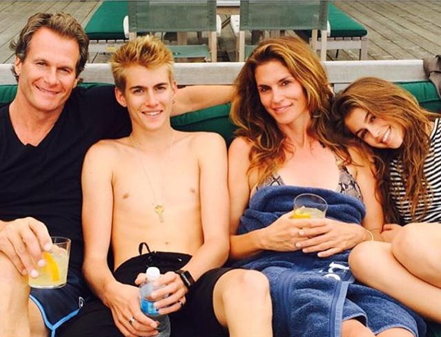 Синди Кроуфорд с семьей