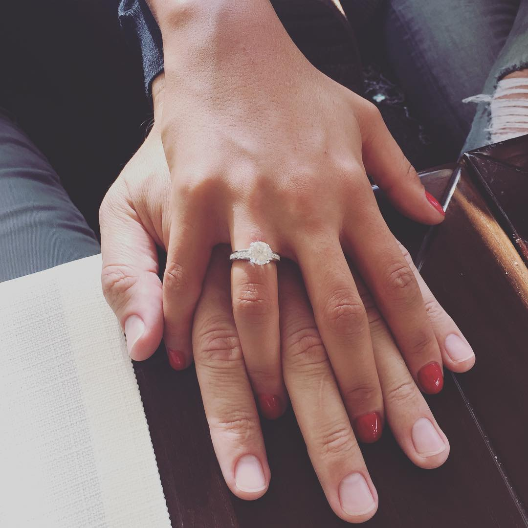 кольцо с бриллиантом  на руке девочки