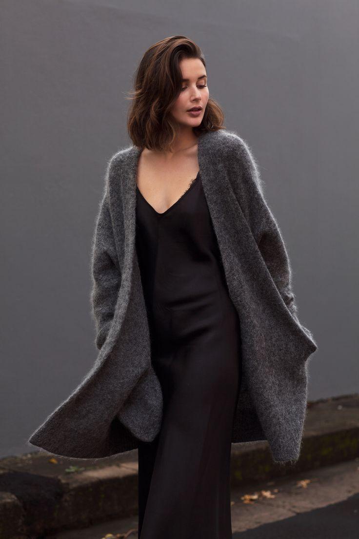 Платье холли берри серое с черным гипюром