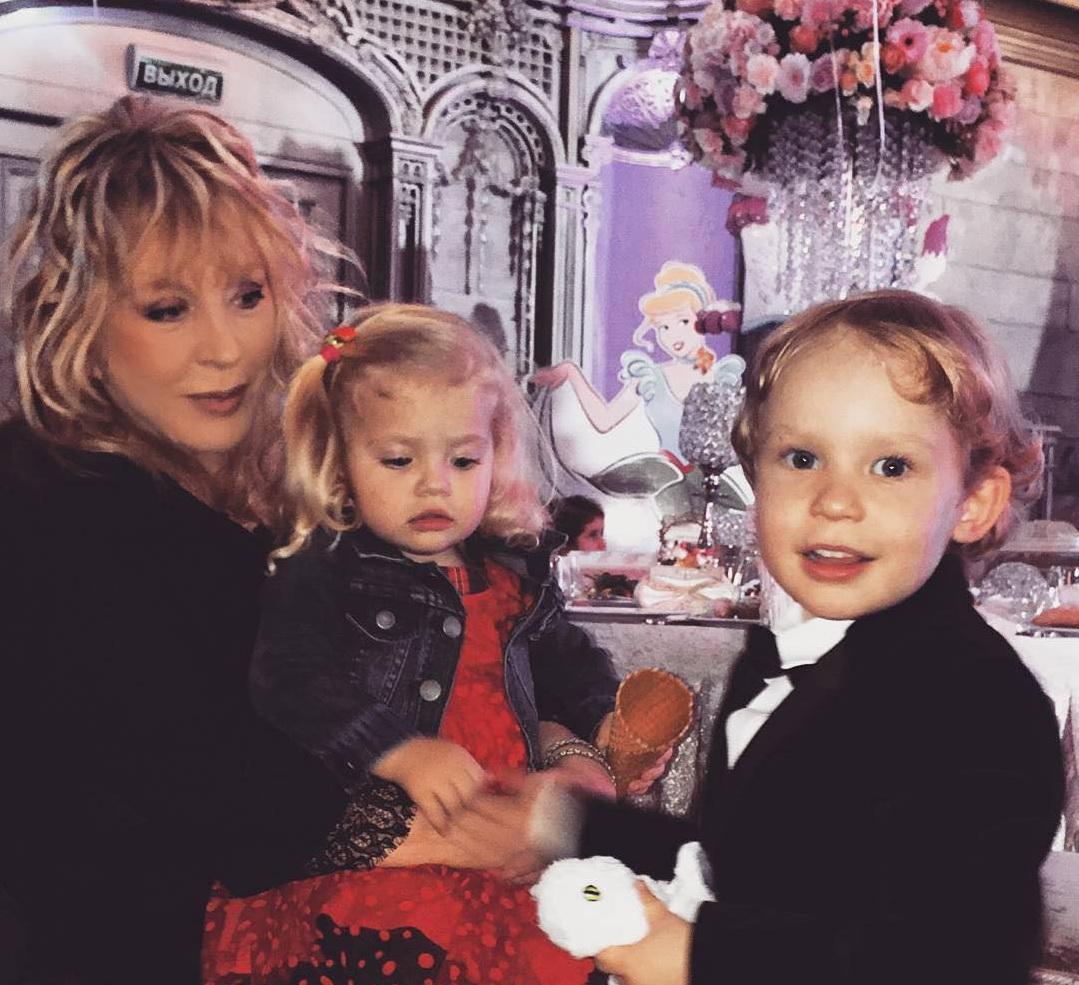 фото пугачевой с детьми лизой и гарри в инстаграм
