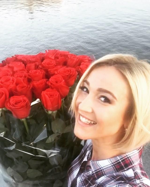 Ольга Бузова с букетом роз