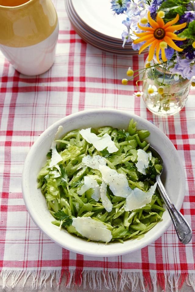 Хрустящий салат из сельдерея с лимонно-оливковой заправкой