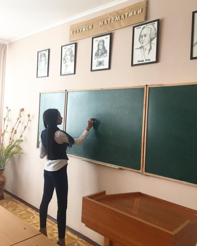 Участница шоу Холостяк Ольга Багирова похвасталась успехами в  Девочки а учёба должна быть на первом месте Ну или хотя бы на втором Защита диплома прошла блестяще