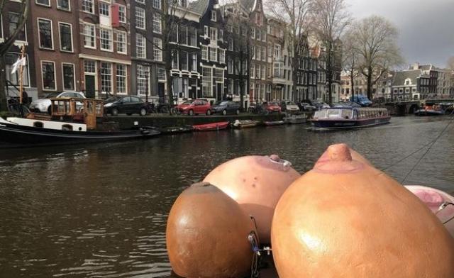 грудь в Амстердаме