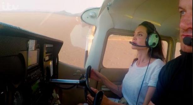 Анджелина Джоли села заштурвал самолета— Как профессиональный пилот
