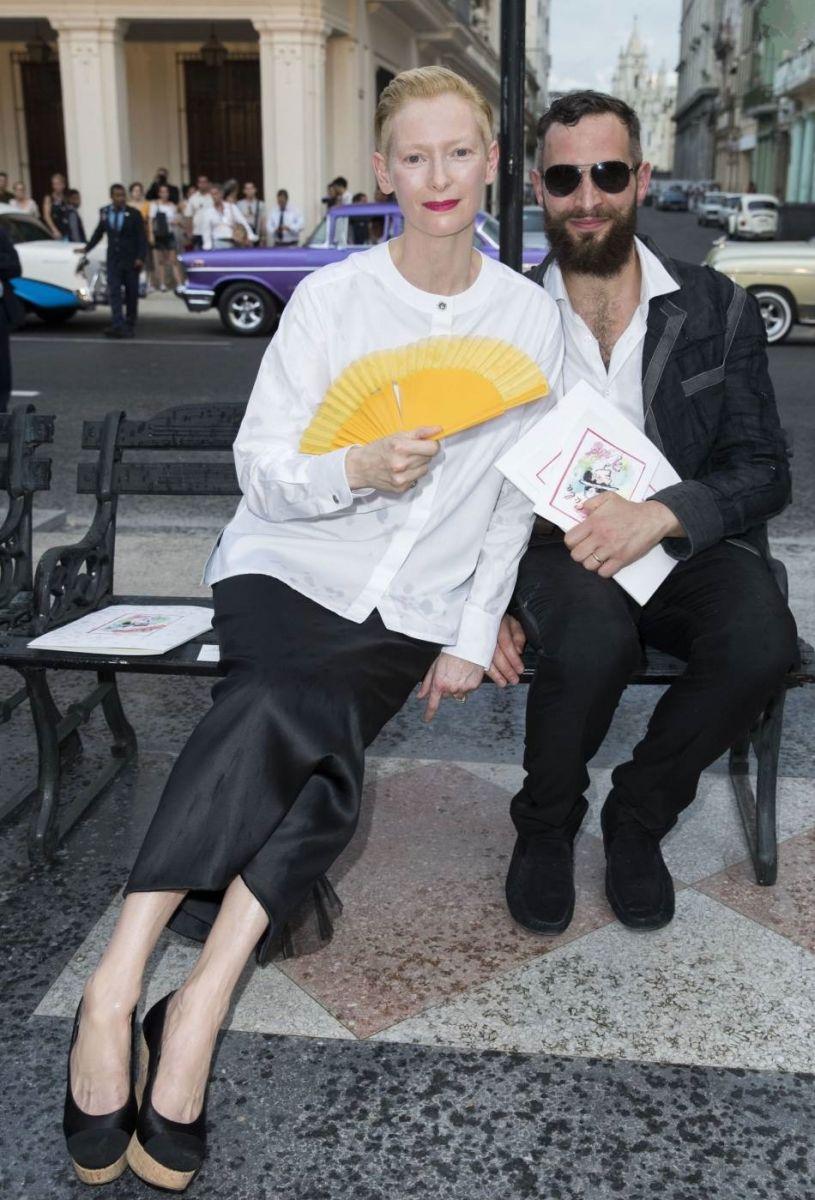 Знойное очарование: возвращение веера на показе Chanel в Гаване