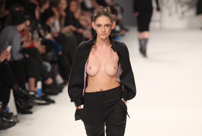 голая грудь подиум украинская неделя моды