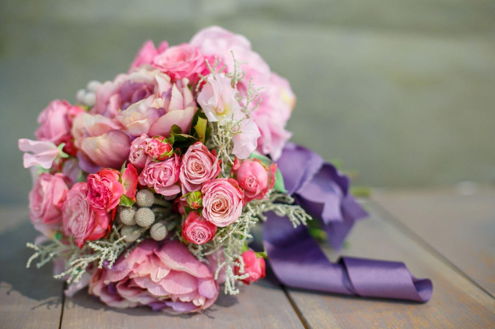 Композиции из цветов в корзине фото из роз