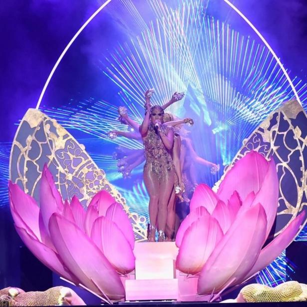 «Королева» Дженнифер Лопес влупила дикие танцы вполупрозрачном боди вновом клипе