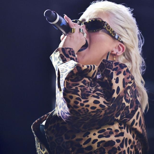 агилера в леопардовом пиджаке
