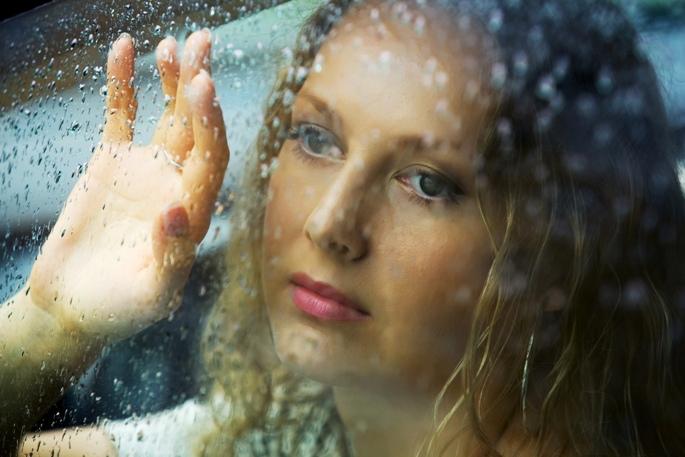 Ждет у окна женщина которая любит