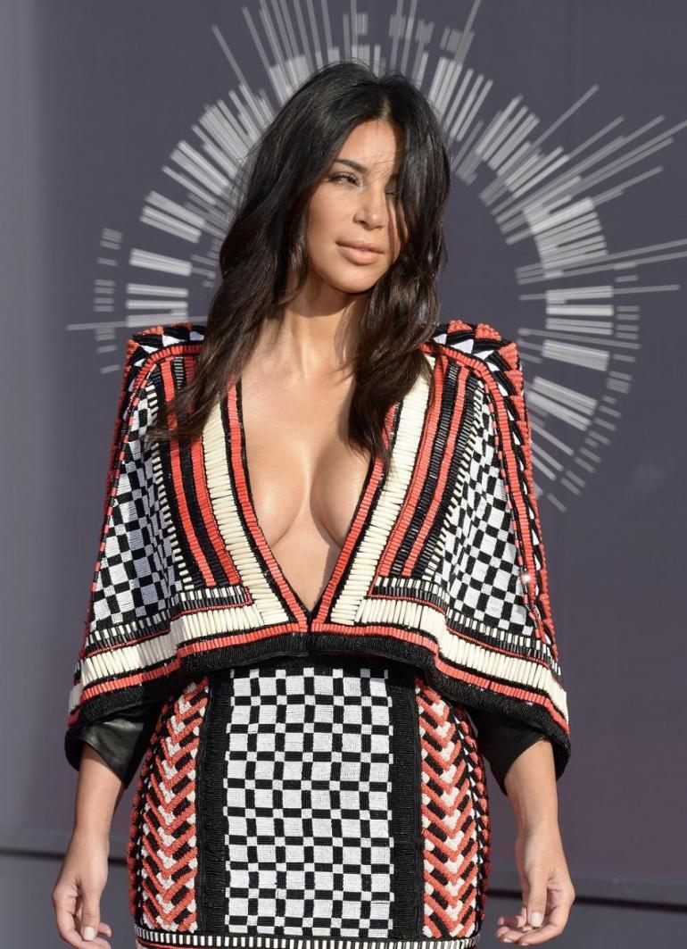 Ким Кардашьян грудь фото