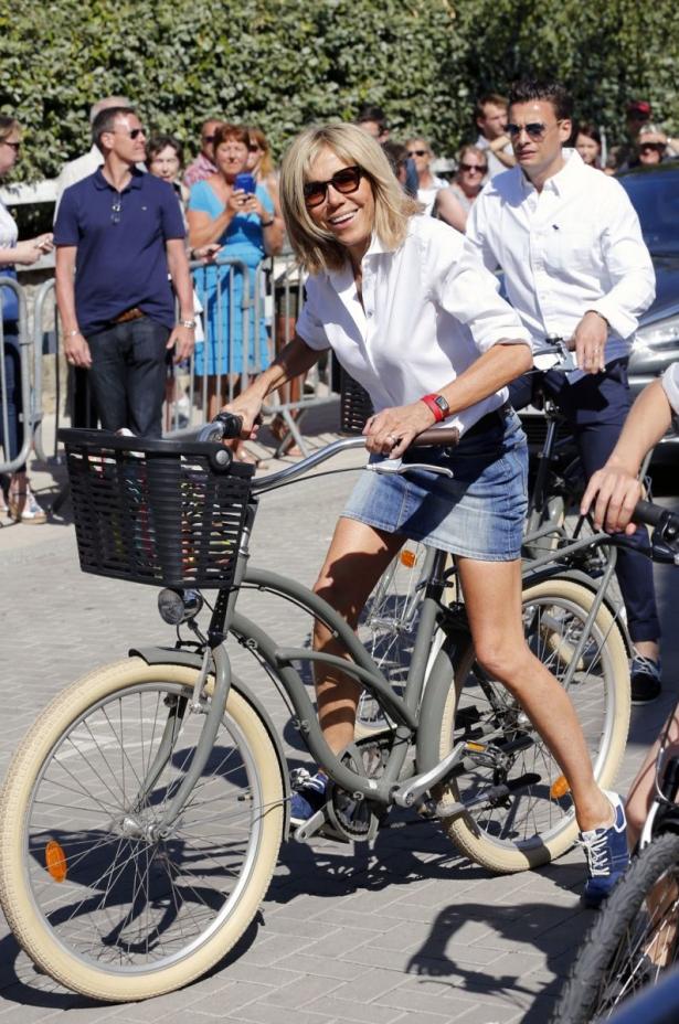 Катается в белой короткой юбке на велосипеде видео фото 415-665