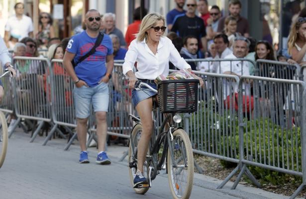 Катается в белой короткой юбке на велосипеде видео фото 415-721