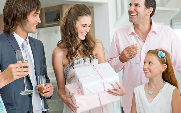 Дарение подарков молодым на свадьбе 5