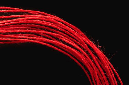 красная нить на левом запястье