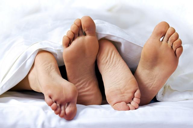 ноги в постели фото