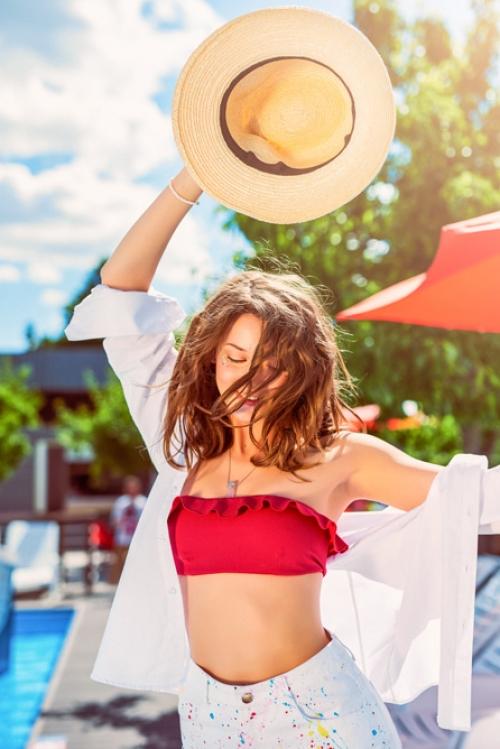 топ от раздельного купальника Balcony, рубашка J.Cook, шорты Mate, шляпа «Капелюх», браслет и подвеска Personal Ocean