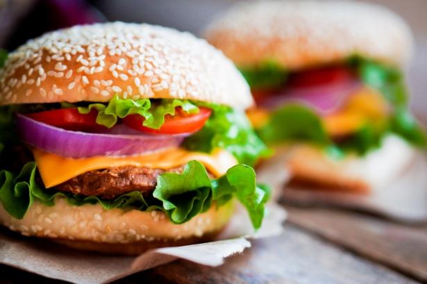 Почему бургер стал популярней любого бутерброда: история съедобного кумира