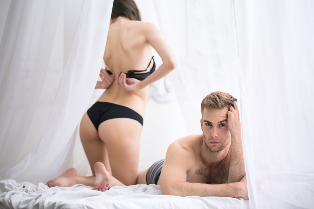 женщина и несколько мужчин интим