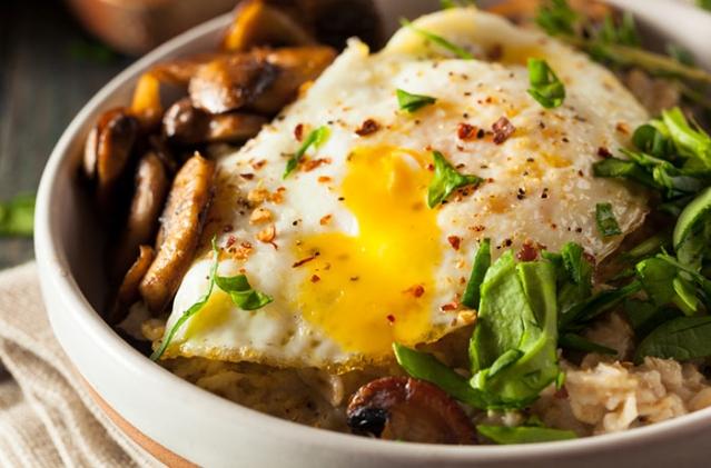 Овсянка с жареным яйцом по-мексикански