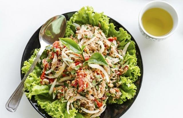 Лодочки из листьев салата с тунцом и овсянкой