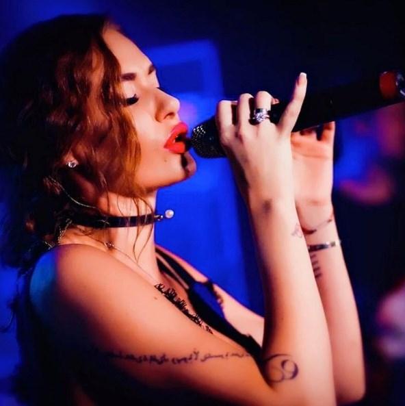Голые груди российских певиц блестящая