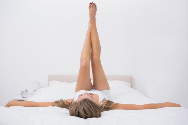 Фото ног лежа на кровати фото 746-81