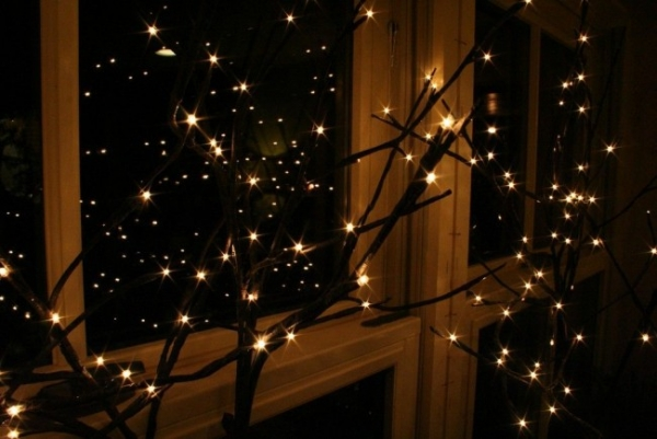 гирлянды на окнах