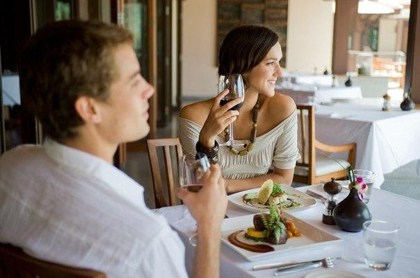 парень и девушка в ресторане фото
