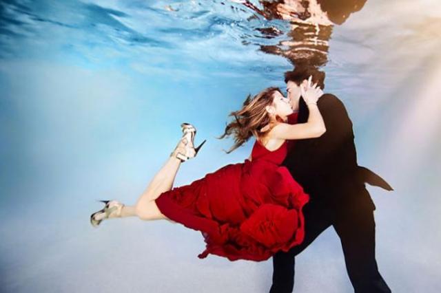 поцелуй в бассейне, секс в воде