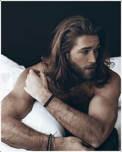красивый парень с бородой