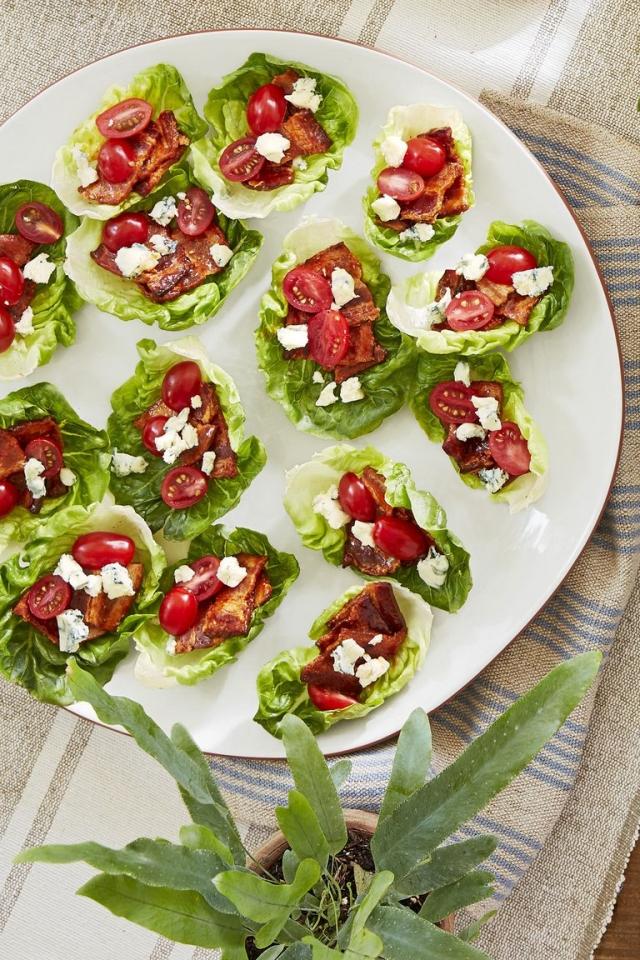 Чашечки из листьев салата с беконом