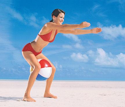 мужчины на пляже между ног