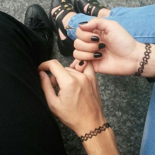 пара держится за руки фото