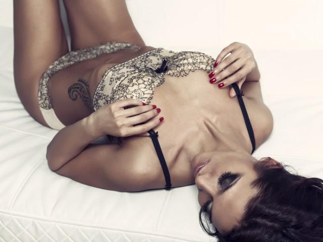 девушка в нижнем белье на кровати фото