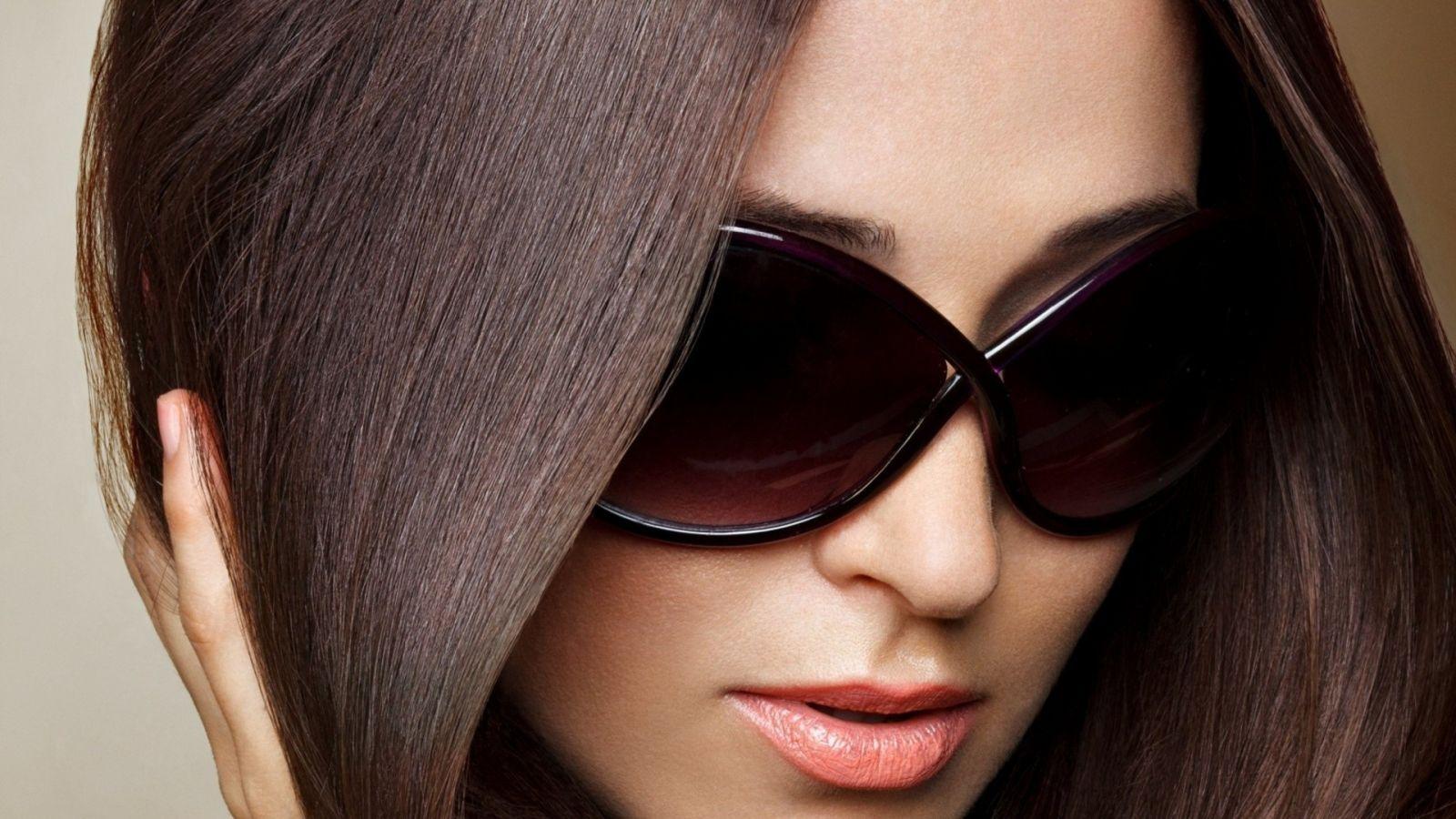 Эротичная девушка в очках