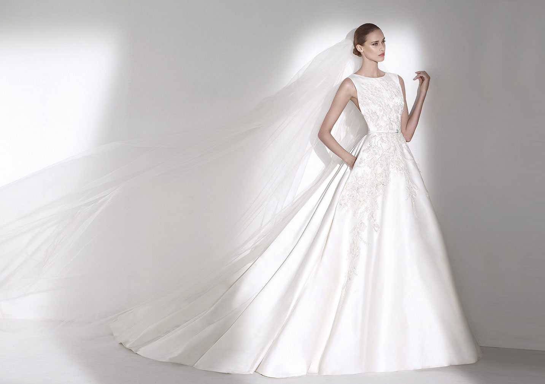 Корисні статті    Атласна весільна сукня. 69e55ba4c6266