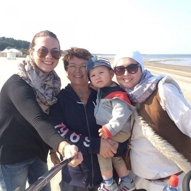 фриске с мамой и сестрой