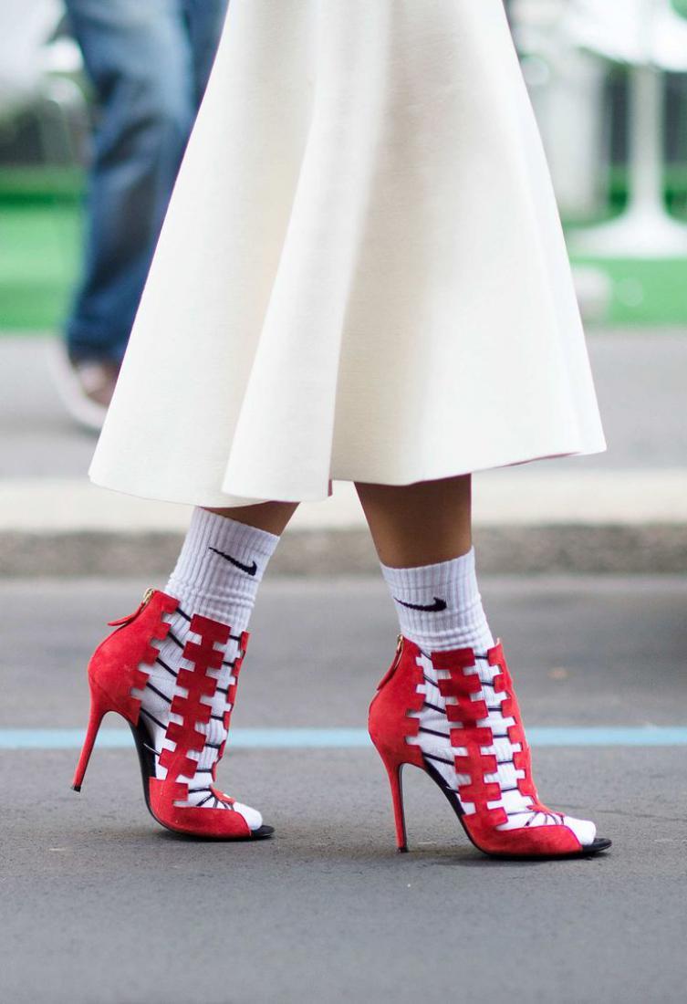 Как носить туфли и сандалии с носками: 6 трендовых образов звезд новые фото