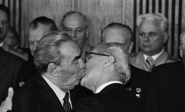 брежнев поцелуй