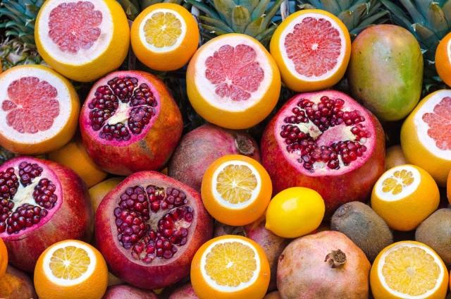 Как добавить сияния коже без косметических средств. Поезные свойства граната, яблок, морковки, брокколи, шиповника для красивой кожи. Какие фрукты и овощи нужно добавить в рацион осенью