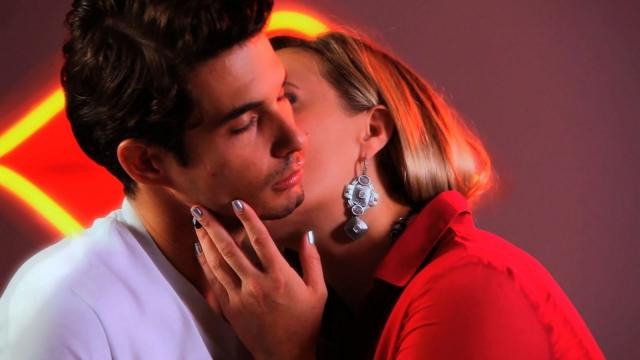 Бесплатно игры поцелуи и раздеваца сэкс и цэловаца цэловач шэю фото 520-71