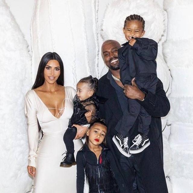 Ким Кардашьян с мужем и детьми