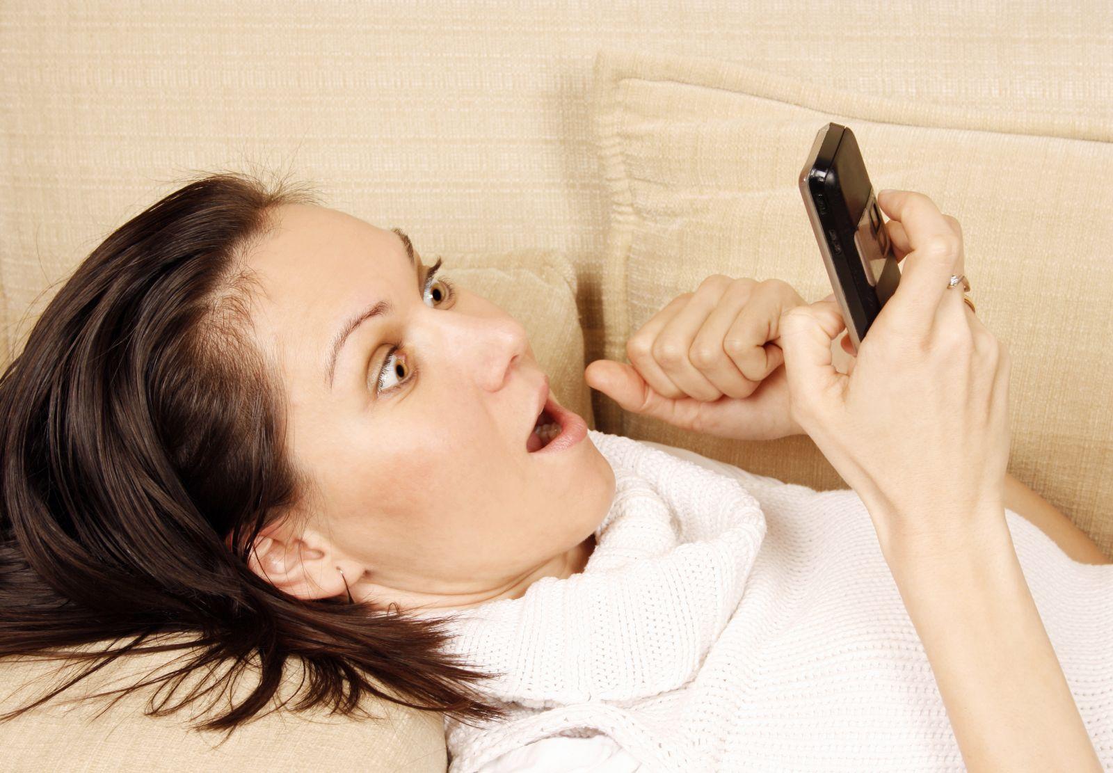 изменяет парню разговаривая с ним по телефону онлайн
