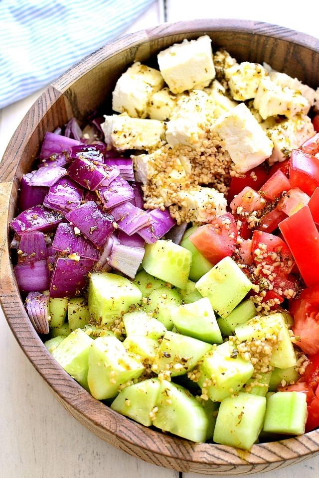 Салат с помидорами, огурцами и фетой