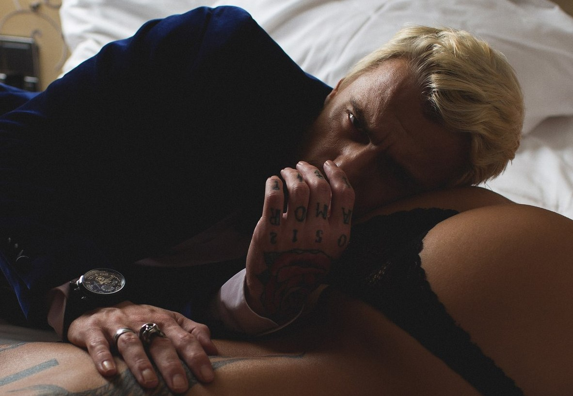 красивый мужчина в постели с девушкой фото