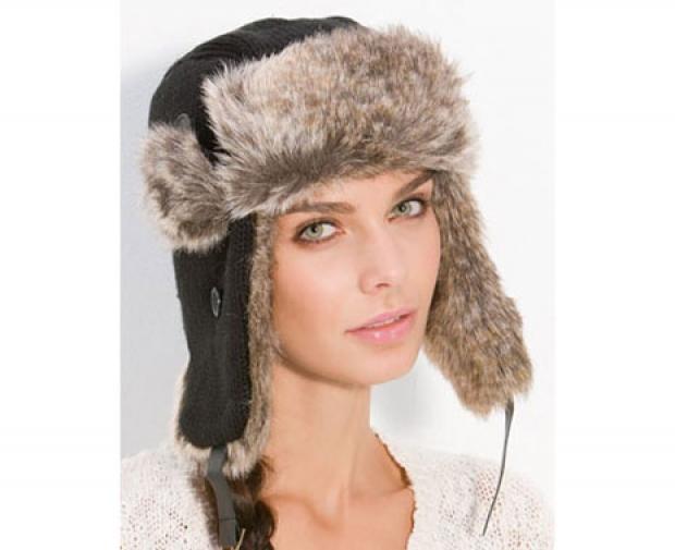 Прическа под ушанкой. Если вы планируете носить такую шапку, то должны полностью скрывать под ней волосы — чтобы выдержать стиль. Для обладательниц короткой стрижки в этом нет проблемы, девушкам с длинными волосами стоит заплетать косу Илии модный низкий пучок.