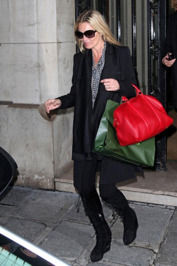 Кейт Мосс с красной сумкой.