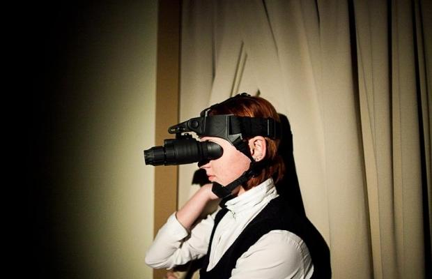 Официант с прибором ночного видения - футуристическая картина